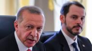 Bald werden die Türken beispielhaft für die Welt sein, postuliert Minister Albayrak (r.), Schwiegersohn des Präsidenten. Da braucht man sich natürlich kein Beispiel an der Welt zu nehmen.