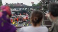 Hier stimmt wenigstens die Entfernung: Schaulustige Mitte Mai nach einem Verkehrsunfall auf der Berliner Stadtautobahn.