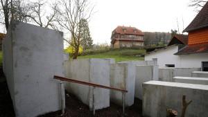"""""""Denkmal der Schande"""" neben Höckes Wohnhaus"""