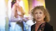 """Carolee Schneemann, geboren am 12. Oktober 1939 in Fox Chase, Pennsylvania, gestorben am 6. März 2019 in New York, Ende Mai 2017 in der Ausstellung """"Carolee Schneemann. Kinetische Malerei"""" im Frankfurter Museum für Moderne Kunst"""