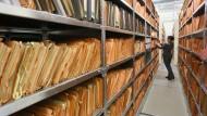 Eine Mitarbeiterin des Stasi-Museums im Archiv