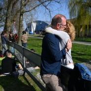26. März: Ein Paar umarmt sich an der deutsch-schweizerischen Grenze zwischen Konstanz und Kreuzlingen. Das Paar ist durch einen Grenzzaun getrennt und kann sich nur so umarmen und treffen.