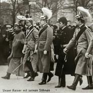 """""""Unser Kaiser mit seinen Söhnen"""": Wilhelm II. mit der nächsten Hohenzollern-Generation im Jahr 1907 in Berlin"""