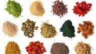 Bei sogenanntem Superfood könnten auch Frutarier zulangen: Nährstoffreiches angeordnet zum bunten Tableau.