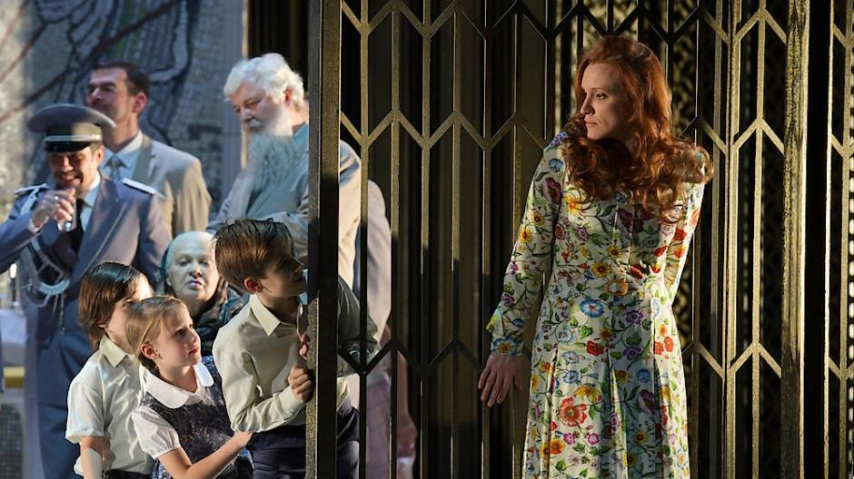 Ein postsowjetisches Stadtteilfest an der Frankfurter Oper: Sara Jakubiak (rechts) fühlt sich in der Rolle der Tatjana als Außenseiterin.