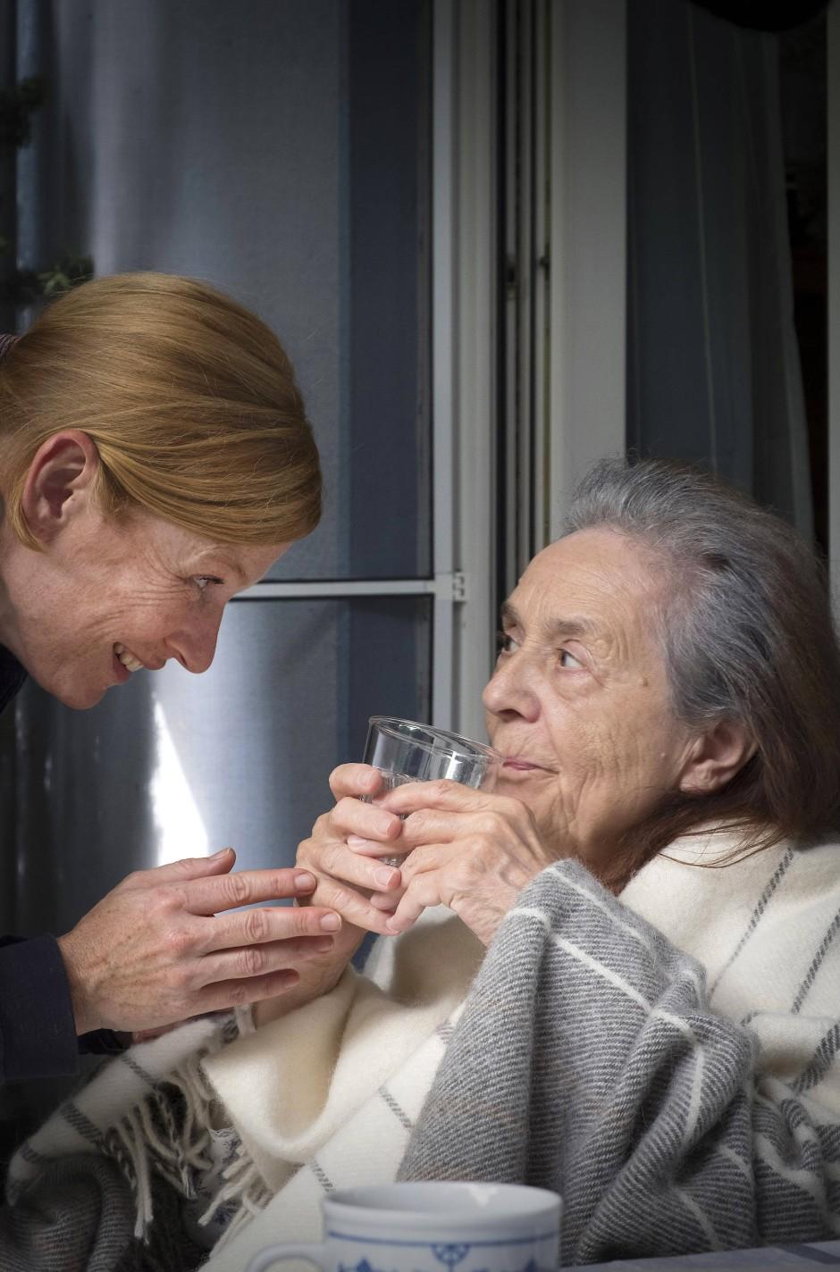 Aufopferungsvoll kümmert sich Akke Jansen um ihre demente Mutter Thea (Hiltrud Hauschke)