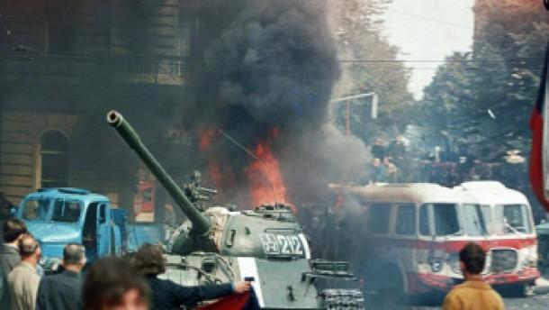 Demokratische zukunft brennende fackeln auf einen sowjetischen panzer