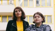 """Die Herausgeberinnen der Anthologie """"Eure Heimat ist unser Albtraum"""" Fatma Aydemir und Hengameh Yaghoobifarah"""