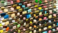 Happy pills: Damien Hirst treibt sein künstlerisches Spiel mit dem Tablettenangebot der Gegenwart.