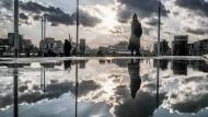 Spiegelungen, wohin man auch schaut: Der Taksim-Platz in Istanbul wird zum Ausgangspunkt einer inneren Reise in die eigene Geschichte.