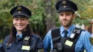 Polizisten in Leipzig zeigen die neuen kleinen Bodycams, die künftig an der Uniform angebracht und getestet werden sollen.