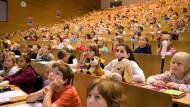 Keine Gemeinschaft Erwachsener auf Augenhöhe: Immer häufiger finden sich die Lehrenden vor einer kaugummikauenden, lauten Schulklasse wieder