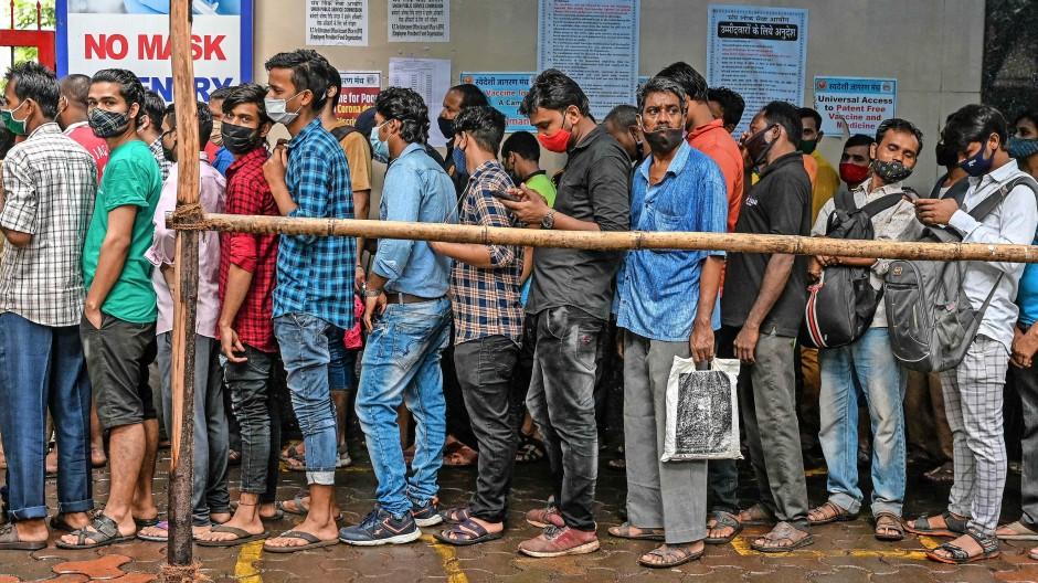 In der indischen Stadt Mumbai warten am 7. September Menschen in langen Schlangen vor einem Impfzentrum