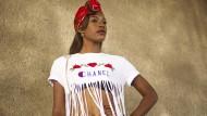 """Das Model Trécy Gbiayu in einem Outfit der """"Kinshasa Collection"""""""