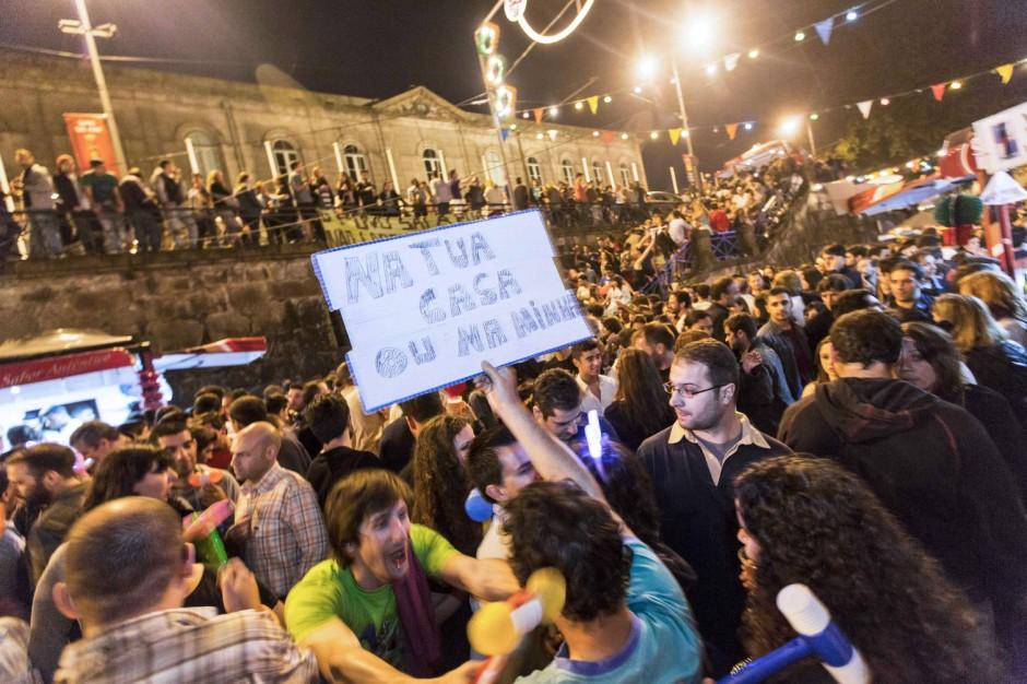 Da passt oft kein Quietschehammer mehr dazwischen: Menschenmassen in Portos Altstadt