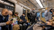 Furchtlose Pendler in der Moskauer U-Bahn