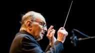 Es kommt eben auf den Einsatz an: Ennio Morricone dirigiert seine Kompositionen, die großen Filmen erst ein Klanggesicht geben.