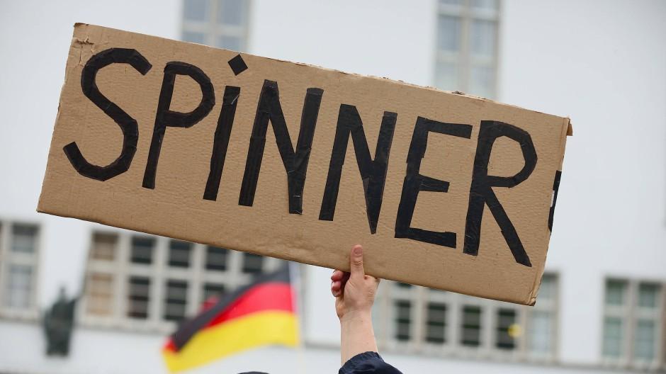 """Unversöhnlich anderer Meinung: Gegner einer """"Corona-Leugner""""-Demonstration in Heidelberg"""