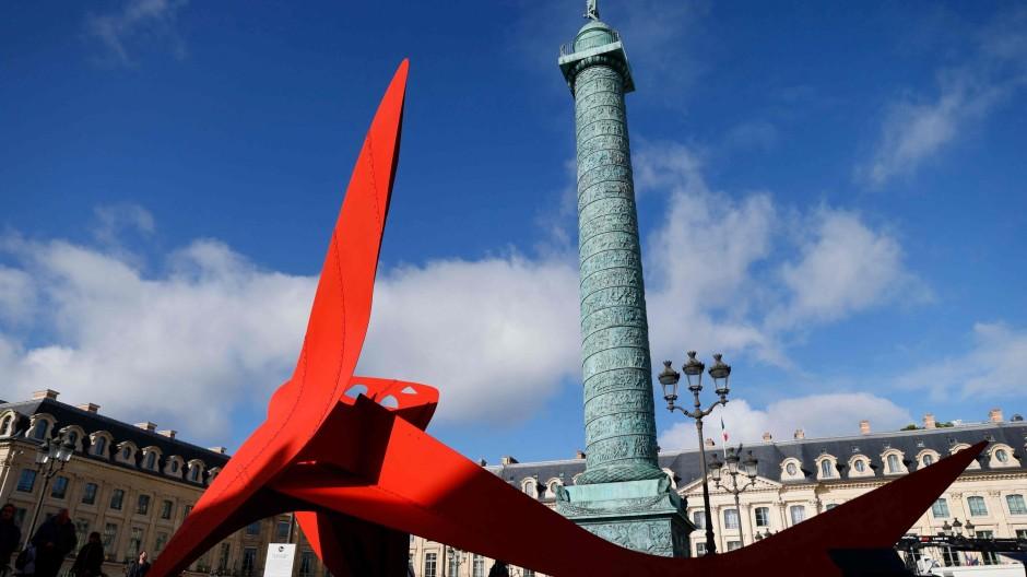 """Wie ein Hybrid zwischen Libelle und Drohne:  Alexander Calders 17 Meter lange und 9 Meter hohe Skulptur """"Flying Dragon"""" aus dem Jahr 1975 wurde von der Galerie Gagosian auf der Place Vendôme plaziert."""