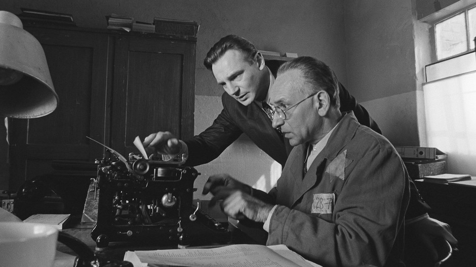 Oskar Schindler (Liam Neeson, l) und sein Buchhalter Itzhak Stern (Ben Kingsley) stellen ihre berühmte Liste jüdischer Arbeiter zusammen.