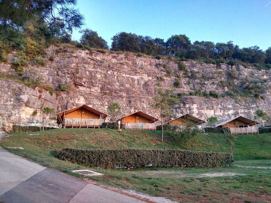 Auf dem Campingplatz Lanterna residiert die Glamping-Gemeinde an einer abgeschiedenen Bucht zwei Kilometer vom Zentrum der Anlage entfernt.