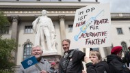 """Sie haben ja Recht: Demonstranten beim """"March for Science"""" vor der Berliner Humboldt-Universität"""