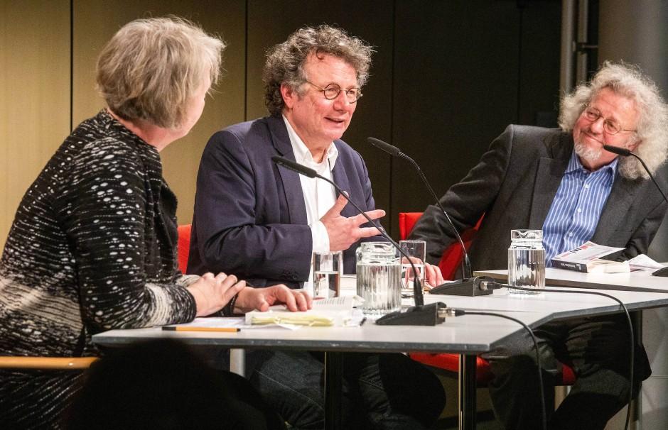 Ingo Schulze bei seiner Buchpremiere in der Akademie der Künste in Berlin mit der Literaturwissenschaftlerin Ulrike Vedder und dem Dichter Thomas Rosenlöcher