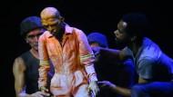 Zwei Theaterpremieren: Anarchisches gegen achtsames Denken