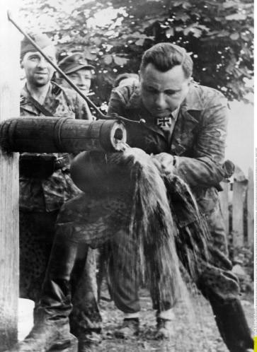Wasser marsch: Der belgische Rexisten-Führer Léon Degrelle setzte sich an der Ostfront als Mann der Arbeit in Szene.