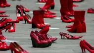 Wichtig ist auch, was man nicht sieht: Rote Schuhe machen in Mexiko auf verschwundene Frauen aufmerksam.