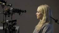 Annie (Emma Stone) nimmt an einer obskuren Arzneimittelstudie teil.