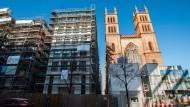 Die Kirche und die Luxusbauten: Wäre alles so gelaufen wie geplant, hätte das Wohnhaus nur eine einstöckige Tiefgarage bekommen.