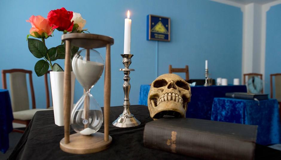"""In dem Tempel der Freimaurer Loge """"Zu den ehernen Säulen"""" in Dresden (Sachsen) stehen typische Utensilien: Eine Bibel, ein Totenschädel, Blumen, Kerzen und eine Sanduhr."""
