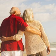 Paar am Strand: Die Reise- und Konsumgüterindustrie hat das Alter als Marktlücke entdeckt.