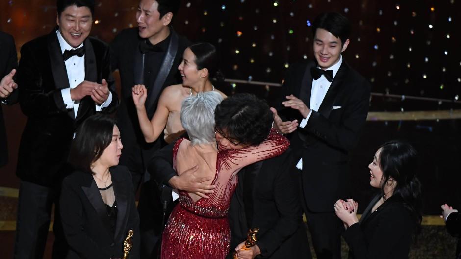 """Vier Oscars nimmt Bong Joon-ho für """"Parasite"""" mit nach Hause, darunter den wichtigsten für den besten Film. Jane Fonda gratuliert."""