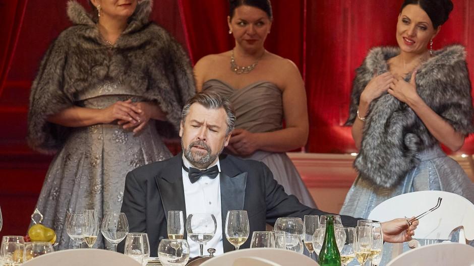 Tschaikowskys Ideal einer Balance von Empathie und sozialer Form: Dmitri Iwaschtschenko als Fürst Gremin, umgeben von Sängerinen des Slowakischen Philharmonischen Chores.