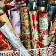 Schon selbst ein Geschenk: Einpackpapier aus den dreißiger bis fünfziger Jahren auf einem Markt in St. Petersburg, Florida