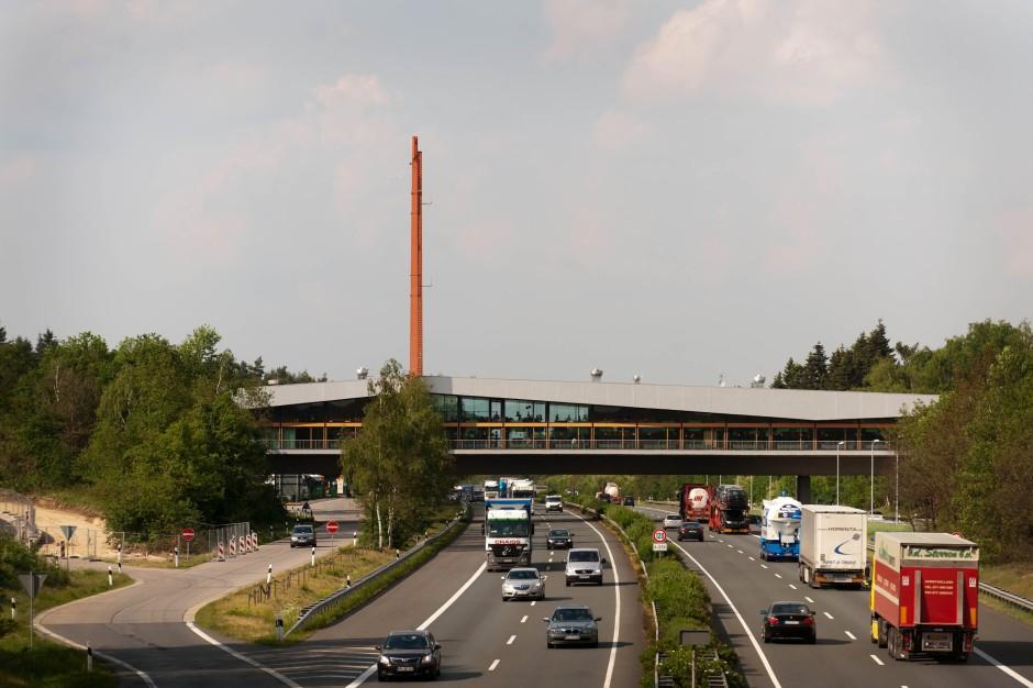 Das Gefühl des Tempoverlusts will sich nicht so recht einstellen: die Autobahn-Rastanlage Dammer Berge an der A 1