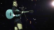 Diese Stiefel sind nicht nur zum Spazieren gemacht: Miley Cyrus ist nichts Menschliches zwischen Country, Rock und Tanzmusik fremd.