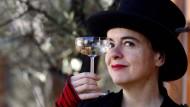 Machen Sie eine typische Handbewegung: Amélie Nothomb prostet Fotografen zu.