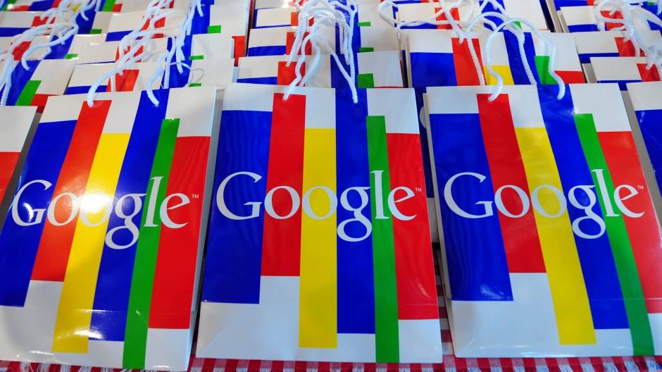 Manchmal gibt es Google auch auf Papier. Aber das ist die Ausnahme. Dafür verlinkt Google, was die Druckmedien online stellen. Und genau das ist umstritten