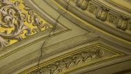 Nach dem Erdbeben: Risse im Deckengewölbe von St. Eustachius in Rom
