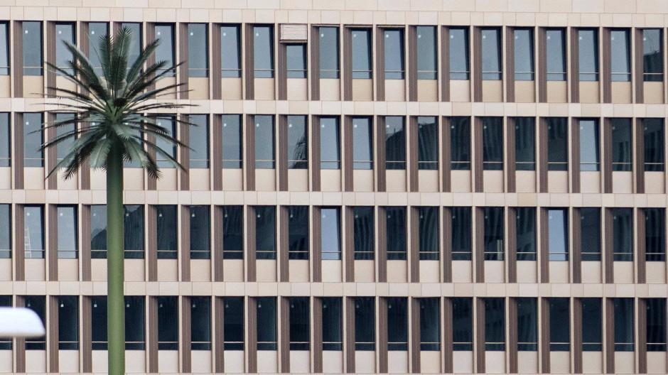 Die Zentrale des Bundesnachrichtendienstes in Berlin. Die Palme ist eine Fälschung; es steckt eine Antenne drin.