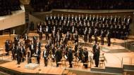 Trauer, die nicht schreit: Mit der Sopranistin Christiane Karg, dem Bariton Adrian Eröd und dem Rundfunkchor Berlin brachte Christian Thielemann mit den Berliner Philharmonikern Gabriel Faurés Requiem zu Gehör.