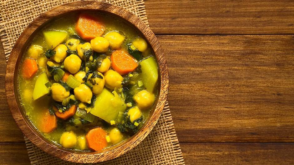 Gekocht, um fotografiert zu werden: Bei diesem veganen Kichererbsen-Curry essen Auge und Gewissen gleichermaßen mit.