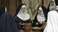 Hildegard (Barbara Sukowa, M.) vermittelt ihren Ordensschwestern wertvolles Kräuter-Wissen