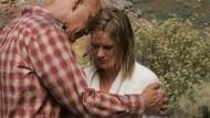 Trotz unterschiedlicher Lebensentwürfe halten David Lurie (John Malkovich) und seine Tochter Lucy (Jessica Haines) in der Not zusammen