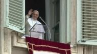Papst Franziskus hat in seinem ersten Angelus-Gebet zu mehr Barmherzigkeit gemahnt und die Gläubigen aufgerufen, für ihn zu beten.