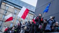 Europäische und polnische Flaggen werden getragen: Protestierende zeigten ihr Missfallen gegenüber eines neues Mediengesetzes im Januar in Warschau.