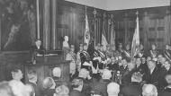 Carl Schmitt während seiner Rede zur Reichsgründungsfeier am 18. Januar 1933 in der Handelshochschule Berlin